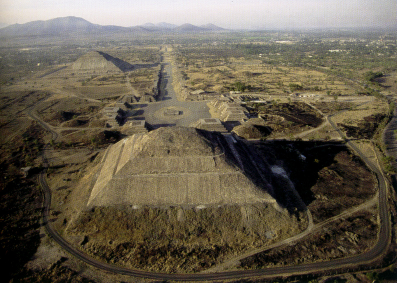 1353604511 la chaussgВe des morts et les pyramides du soleil et de la lune gВ teotihuacan the roadway of died and pyramids of the sun and the moon with teotihuacan